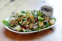 """<em>Ontbijt als een keizer, lunch als een koning en dineer als een bedelaar zegt de uitdrukking. Dat een gezond ontbijt de belangrijkste maaltijd van de dag is voor het lichaam weten we als het goed is inmiddels allemaal, maar het belang van een gezonde lunch is tot dusver minder vaak besproken. In dit artikel lees je gezonde lunch tips, en wat gezonde lunches zoal bevatten. </em> <h2>Het belang van gezond lunchen</h2> Met een gezond ontbijt is de spijsvertering goed op gang gebracht, maar om deze op gang te houden is een gezonde lunch van belang.  De stofwisseling dient op gang gehouden te worden door deze vaak onderschatte maaltijd. Als je te weinig of helemaal niets eet tussen de middag, verlies je concentratievermogen op je werk of tijdens de studie en functioneer je niet meer goed. Het zorgt er ook voor dat je al sneller zin krijgt in suiker of een vette hap op het verkeerde tijdstip.  Mocht je bezwijken voor een ongezonde snack, dan slaat het lichaam deze vetten des te meer op door het missen van een gezonde lunch. Doordat je je spijsvertering niet goed op gang hebt weten te houden door het missen van een gezonde lunch, worden deze ongezonde voedingsstoffen namelijk minder goed verwerkt door het lichaam. <h2>Gezonde lunch tips:</h2> - <span style=""""text-decoration: underline;"""">Groenten & fruit:</span> zijn een belangrijk onderdeel van een gezonde lunch. Een grote zelfgemaakte maaltijdsalade met groente en fruit is een voltreffer. Kant en klare salades uit de supermarkt zijn geen gezonde lunch omdat ze vaak dik makende dressings en vooral veel te veel zout bevatten, kijk hier dus mee uit. - <span style=""""text-decoration: underline;"""">Vezels & zuivel:</span> zijn ook erg belangrijk voor een gezonde lunch. Neem bijvoorbeeld een mueslibol, volkorenbol of bruin brood, want deze producten bevatten vezels, jodium, vitaminen en mineralen. Een dun laagje halvarine (dus geen roomboter) zorgt voor vitamine A, D en goede onverzadigde vetten. - <span style=""""text-decoration: u"""